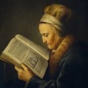 Een vrouw welke de Statenbijbel leest