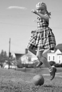 Meisje speelt met bal