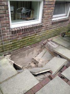 Het is belangrijk om je dakgoot af en toe schoon te maken, anders kan er dit gebeuren.