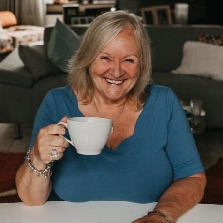 Lizzie Kean met een kop koffie